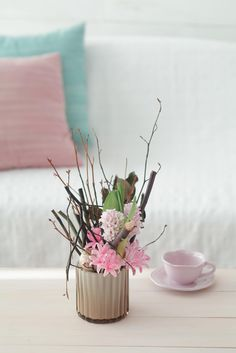 花器に枝を入れ、間に花を挿します。冬の景色から、春の訪れのイメージで。/身近な器でやさしい花レッスン(「はんど&はあと」2013年11月号)