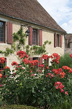 Apremont / Allier  -  The original inhabitants of Apremont were quarrymen providing the cargo for barges on the river Allier. The village was systematically restored in the 1930's