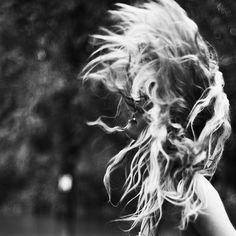 SOL EN LEO  Cuando el Sol está en Leo sentimos una fuerte necesidad de autoexpresión. Sacamos de dentro nuestras emociones de un modo sincero e incluso un tanto dramático. El ego busca salida y puede encontrarla a través de la imagen, el juego o la realización de actividades artísticas. Lo importante es demostrar quién eres, sacar al mundo tu sello personal y dejar tu firma en todo aquello que hagas.