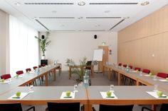 Haus der Wirtschaft Tagungsraum 2:  Das Haus der Wirtschaft verfügt über eine Vielzahl an großzügigen Tagungs-, Veranstaltungs- und Seminarräumen in zentraler und verkehrsgünstiger Lage direkt in der City West von Berlin. Mieten Sie unsere vielseitig einsetzbaren Räume für Seminare, Konferenzen, Empfänge oder jede andere Veranstaltung. Auf insgesamt 680m² stehen Ihnen 10 Räume in unterschiedlichen Größen zur Verfügung.