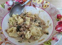 Ångad blomkål med thaibasilikafärsgryta. Fläskfärs, lök, vitlök, thaibasilika eller holy basil som den heter här och har då en lite starkare smak, chili, svart och vitpeppar, soya, oystersås och kokosgrädde.
