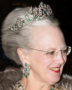 It uses 26 emeralds given to Queen Sophie Magdalene, by King Christian VI 1723, and 41 emeralds belonging to Princess Charlotte of Denmark.
