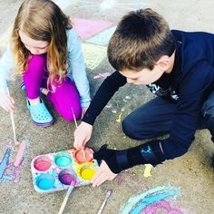 DIY Sidewalk Paint is a great outdoor activity to make with kids! Get messy and have fun joining in on the Chalk Your Walk movement. Play Based Learning, Learning Through Play, Art For Kids, Crafts For Kids, Diy Crafts, Outdoor Activities, Activities For Kids, Sidewalk Paint, Novelty Toys