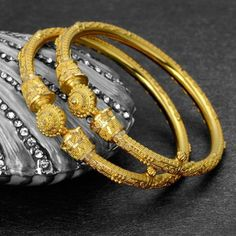 JKJ is top 10 trusted Jewellers in Jaipur and India and has a top royal gold jewellery store that offers designer diamond and bridal polka jewellery and many other jewellery types Gold Bangles Design, Gold Jewellery Design, Gold Jewelry Simple, Jewelry Stores, Bridal Jewelry, Fashion Jewelry, Jewels, Goth, Antique