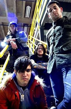Fall Out Boy ft emo Pete Fall Out Boy, Emo Bands, Music Bands, Save Rock And Roll, Soul Punk, Patrick Stump, Pete Wentz, Falling Down, My Chemical Romance