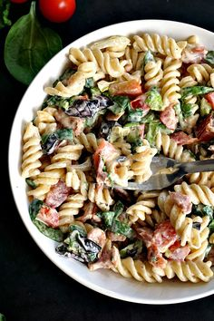 BLT pasta salad with ranch dressing,a tasty and satisfying recipe, perfect side dish for a smokey BBQ or a picnic. Also great as a packed lunch or quick dinner. Pastas Recipes, Italian Pasta Recipes, Yummy Pasta Recipes, Pasta Salad Recipes, Quick Recipes, Ranch Pasta, Fusilli, Ciabatta, Orzo