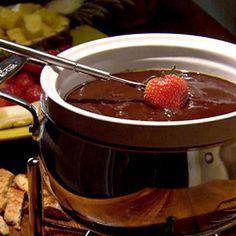 Venha saborear a Sequência de Fondue com fondue de queijo, fondue de carne e fondue de chocolate.