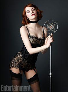 Emma Stone posa de cinta-liga para divugar musical da Broadway