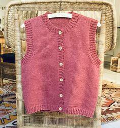 Grov vest med knapper - susanne-gustafsson.dk Knit Vest, Crochet, Knapper, Pullover, Fiber Art, Knitting, Sweater, Tops, Design
