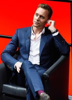 Tom Hiddleston attends the BFI & Radio Times TV Festival at BFI Southbank on April 9, 2017 in London, UK. Higher resolution image: http://wx4.sinaimg.cn/large/6e14d388gy1fegxwccprhj23aw2747wi.jpg Source: Torrilla http://m.weibo.cn/status/4094795909351688#&gid=1&pid=8