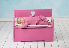 Dagens gratisoppskrift: Lille lerke babysett | Strikkeoppskrift.com Toy Chest, Storage Chest, Toddler Bed, Knitting, Pattern, Blog, Furniture, Home Decor, Design