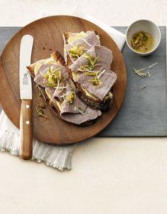 Une recette pour le lendemain. Le bouilli froid permet également de préparer des plats formidables. Nous posons de fines tranches de bouilli sur du pain beurré puis garnissons le tout de citron, de raifort, de cresson et de câpres Valeur Nutritive, Pain, Camembert Cheese, Food And Drink, Butter, Meat, Lemon, Sea Salt, Food