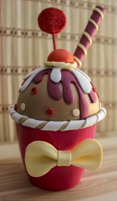 ¿Te gusta el chocolate? Si la respuesta es sí, entonces te va encantar esta nueva cajita cupcake hecha totalmente a mano. Se trata de uncupcake helado de chocolate con sirope de cereza y natay ac…