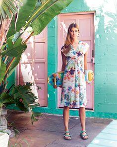 Sommerkleid mit überschnittenen Schultern und Raffung. Sie brauchen: Jersey, 150 cm breit: 2,35 m für alle Größen. Vlieseline G 785. Stoffempfehlung: Spitzenstoff für das Top, leichte, weich fallende Stoffe für das Kleid, mit oder ohne Elastan-Anteil.