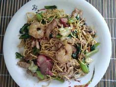 """Grand+classique+de+la+cuisine+chinoise,+le+Chaomen+est+entré+dans+la+tradition+culinaire+polynésienne.+Son+goût+et+la+manière+de+le+préparer+est+légèrement+différente+par+rapport+au+""""chow+mein""""+asiatique+à+travers+le+monde. Chow Mein, Chow Chow, Sashimi, Sauce Chinoise, Beignets, Wok, Japchae, Ethnic Recipes, Globe"""