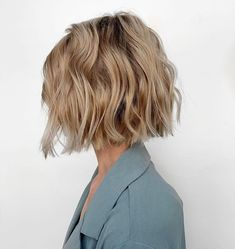 Tap visit to see more gorgeous bob haircuts for thick hair. Credit: Julie Holbrook @headrushdesigns on Instagram. #bobs #bobhaircut #bobhaircuts #thickhair #bobhaircutsforthickhair Wavy Haircuts Medium, Cute Bob Haircuts, Short Hairstyles For Thick Hair, Medium Hair Cuts, Short Hair Cuts, Medium Hair Styles, Short Hair Styles, Haircuts For Women, Thick Frizzy Hair