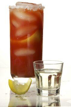 Clamato preparado con shot de tequila blanco...