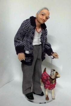 Anciano de paseo con su perro. La mascota, en esta ocasión , nació tambien en mi pequeño taller. Escala 1/12