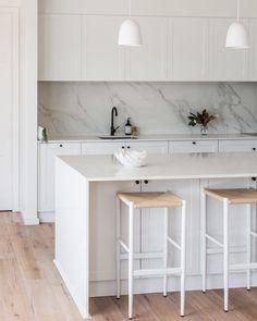 Like marble style splashback - Like character of veins running through tiles Hamptons Kitchen, Hamptons House, The Hamptons, Kitchen Stools, Bar Stools, Splashback, Room Inspiration, Kitchen Inspiration, Kitchen Styling