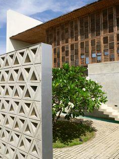 À l'arrière de la maison, le patio avec son frangipanier est un hommage à l'architecte sri-lankais Geoffrey Bawa.