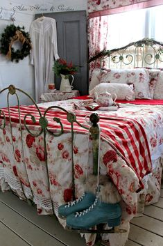 Vintage Bedroom - Mention you have a set of Christmas bedding and you will no doubt be met with some curious looks. We dress the other rooms of the home for the festive season so why not show some Chri… Red Cottage, Cozy Cottage, Cottage Style, Casas Shabby Chic, Vintage Bedroom Decor, Red Bedroom Decor, Christmas Bedding, Vibeke Design, Suites