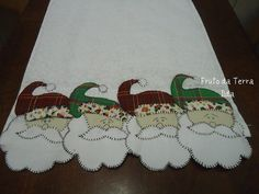 Santa Table Runner, would make a cute dish towel Christmas Applique, Christmas Sewing, Christmas Embroidery, Christmas Art, Christmas Projects, Table Runner And Placemats, Table Runner Pattern, Quilted Table Runners, Quilting Projects