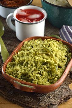 Una receta riquísima para hacer un arroz verde a base de una salsa de tomate verde y chile poblano.
