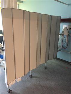 Gardinerne på Neurologisk Afdeling, Nordsjællands Hospital er ved at blive udskiftet med hygiejniske og rengørringsvenlige sengeskærme fra Silentia.