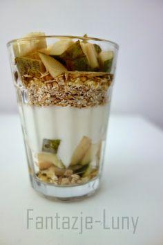 Dietetyczne śniadanie_gruszka, jogurt, otręby, miód