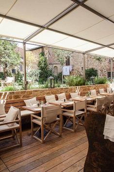 La Bandita Townhouse boutique hotel, Pienza, Tuscany, Italy, as featured in the Charming Small Hotel Guides. Banquette Restaurant, Outdoor Restaurant Patio, Deco Restaurant, Terrace Restaurant, Outdoor Cafe, Restaurant Interior Design, Outdoor Decor, Restaurant Ideas, Genius Loci