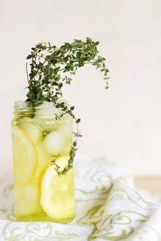 Eau détox thym citron. J'adore l'utilisation du thym ! Quelle fraîcheur ! <3