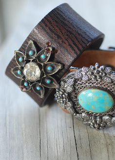 Vintage pins on upcycled belt leather Turquoise Cuff, Vintage Pins, Stones And Crystals, Handcrafted Jewelry, Cuff Bracelets, Jewelry Making, Belt, Pearls, Rings