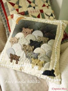 Kitty Cats pillow, clamshell quilt pattern More Patchwork Cushion, Quilted Pillow, Patchwork Quilting, Applique Quilts, Quilt Baby, Cat Quilt, Small Quilts, Mini Quilts, Quilting Projects