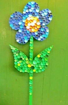 Idée fleur en bouchons de bouteilles plastiques...