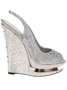 Vind je het moeilijk om op hakken te lopen? Ga dan voor sleehakken met duizend en 1 kristallen. Sprookjesachtig mooi en comfortabeler en stabieler dan een stilettopump. Pump Shoes, Wedge Shoes, Shoe Boots, Shoes Heels, Slingback Shoes, Louboutin Shoes, Dress Shoes, Crazy Shoes, Me Too Shoes