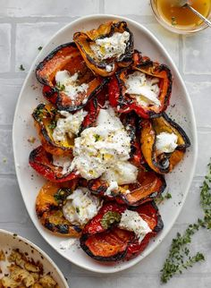 These grilled peppers are life changing! Marinated with a delish vinaigrette, covered with burrata and topped with sourdough crumbs. Veggie Recipes, Vegetarian Recipes, Cooking Recipes, Healthy Recipes, Kitchen Recipes, Vegetarian Grilling, Salad Recipes Video, Healthy Grilling, Veggie Food