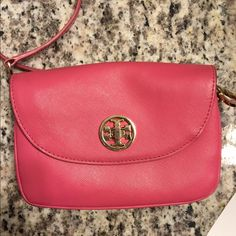 Authentic Pink Tort Burch Crossbody Authentic Pink Tory Burch Robinson Cross Body in Good condition, the TB on the front is slightly tarnished to a rose gold kind of color and there from blue jean wear some has transferred to the back on the purse. Still in amazing condition! Beautiful piece! Tory Burch Bags Crossbody Bags