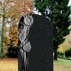 Schwarzer Grabstein aus Granit mit Sonnenblume Florenzia • Qualität & Service direkt vom Bildhauer • Jetzt Grabstein online kaufen bei ▷ Serafinum.de