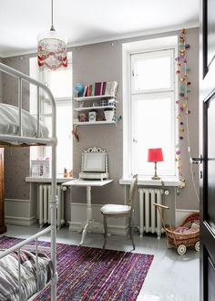 Koti kuin karamelli! Ihastuttava, vuonna 1926 rakennetun talon kolmannessa kerroksessa sijaitseva läpitalon koti. Jo astuessasi sisään tähän tilaihmeeseen, ottaa sinut vastaan upea munakoison sävyinen eteishalli, josta huoneisto avautuu moneen eri suuntaan. Heti oikealla, sisäpihan puolella sijaitsee mitä suloisin makuuhuone, jossa ovat puusepällä teetetyt kaapistot, sekä komero joka tällä hetkellä toimii lasten