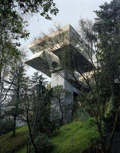 la maison Praxis, vue depuis la route en contrebas. Le bâtiment a résisté au tremblement de terre du 19 septembre 1985, l'un des plus meurtriers du XXe siècle. L'architecte, à 7h19, a juste senti son agence «légèrement danser ».