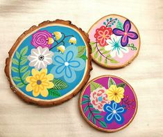 Wood slice painting spring flowers – Keep up with the times. Wood Slice Crafts, Wood Crafts, Wood Wedding Decorations, Fall Decor Signs, Wooden Slices, Wooden Coasters, Diy Coasters, Rock Painting Designs, Kids Wood