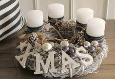 Der dicke , wuchtige, weiße Astkranz wurde mit durchgefärbten weißen Kerzen, welche mit schwarzem Band und Silberdraht umwickelt sind, bestückt. Knorrige Äste, grau-braunes Fell, viele Sternen und... Xmas, Christmas, Winter Wonderland, Gift Wrapping, Seasons, Table Decorations, Gifts, Diy, Home Decor