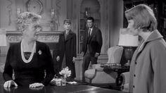CINE: SHIRLEY MACLAINE La talentosa y polifacética Shirley MacLean Beaty, conocida como Shirley MacLaine, es una actriz, cantante, bailarina, escritora y activista estadounidense se ha convertido en una de las actrices más importantes de la historia de Hollywood sin aspirar nunca a engalanarse con el relumbre de estrella, pues su carrera se forjó a puro talento sin el aditivo de la belleza física espectacular y eligiendo con mucho cuidado su filmografía. Nacida el 24 de abril de 1934, aún…