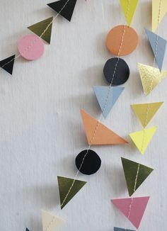 Geometric paper garland Make with felt as ribbon for presents? Christmas Tree Garland, Christmas Crafts, Paper Art, Paper Crafts, Diy Carnival, Halloween Ball, Cardboard Display, Banner, Party Props