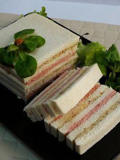 tramezzino gastronomico Tee Sandwiches, Gourmet Sandwiches, Antipasto, Finger Food Appetizers, Finger Foods, Bolo Nacked, Sandwich Cake, Xmas Food, Snacks Für Party