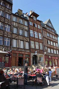 A Praça do Champ-Jacquet, em Rennes, permite ver várias casas com fachadas de madeira construídas no século XVII bem como imóveis de pedra construídos depois do incêndio de 1720.