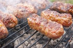 "Cum să faci ""MICI"" de post – o rețetă reușită Raw Vegan Recipes, Vegan Foods, Vegan Vegetarian, Vegetarian Recipes, My Recipes, Good Food, Yummy Food, Romanian Food, Food To Make"