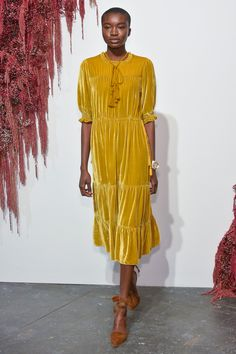 Anybody got a chartreuse yellow velvet dress they wanna sell me? (Ulla Johnson Fall 2016 Ready-to-Wear Fashion Show) Fashion Week, Runway Fashion, High Fashion, Fashion Show, Fashion Design, Bouchra Jarrar, Haute Couture Style, Velvet Fashion, Inspiration Mode