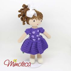 Bonecas e mimos personalizados em crochet! Queremos alcançar a sua imaginação e tocar bem de perto quem está recebendo este Mimo diferenciado. Eles saem de nossas mãos sempre encantados, recheados de muito amor, a essência do nosso dia a dia! Pedidos e maiores informações por e-mail: contato@mimoteca.com.br Crochet Doll Pattern, Lily, Teddy Bear, Dolls, Animals, Barbie Dolls, Crocheted Toys, Amigurumi Doll, Close Up