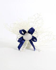 Sacchetti Portaconfetti Rete Confezionati con Conchiglia, completi di 5 confetti bianchi al cioccolato Maxtris avvolti da un raffinato tulle panna, confezionati con nastro a 4 in doppio raso da 1 cm di colore blu e conchiglia naturale